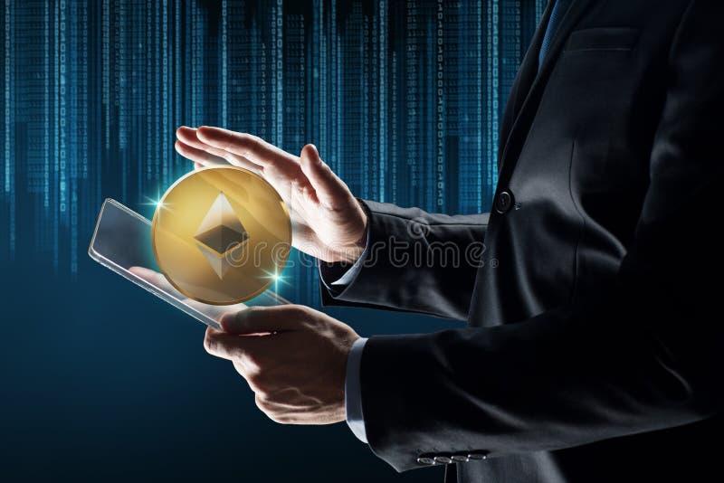 Homme d'affaires avec le PC de comprimé et l'hologramme d'ethereum photos stock