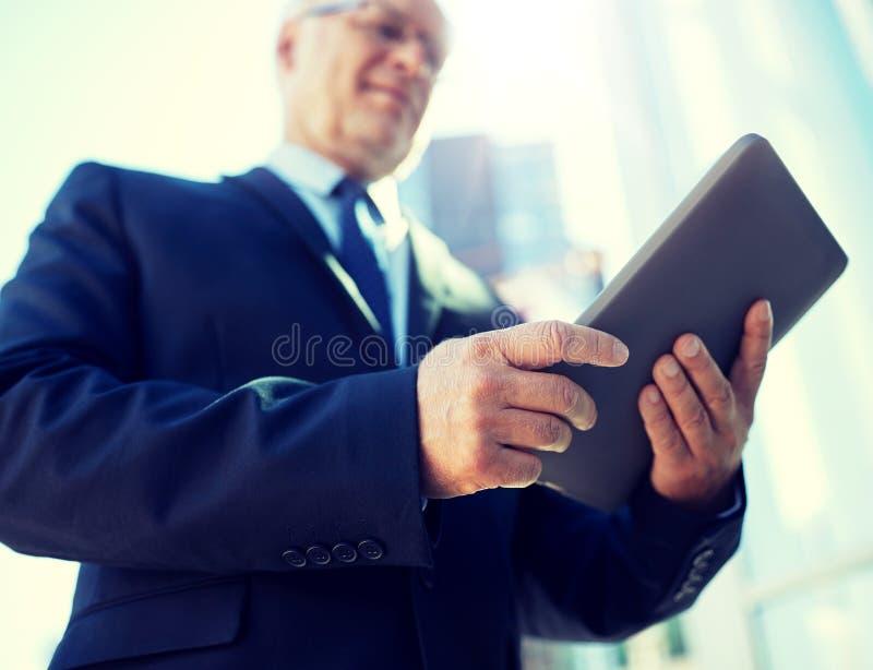 Homme d'affaires avec le PC de comprim? dehors images libres de droits