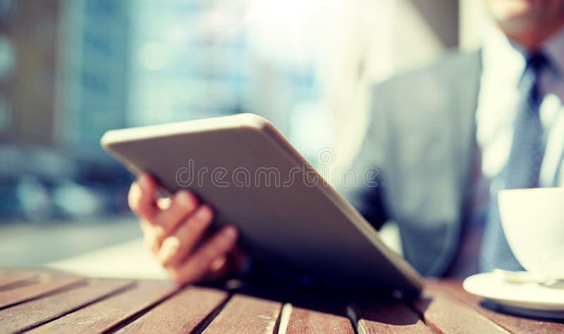 Homme d'affaires avec le PC et le caf? de comprim? dehors image libre de droits