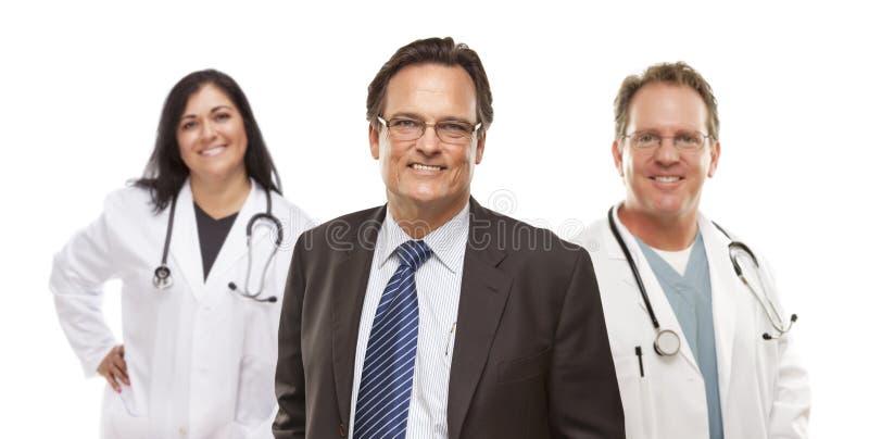 Homme d'affaires avec le personnel médical derrière photo libre de droits