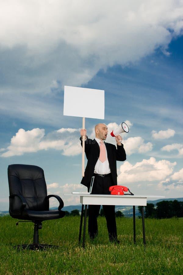 Homme d'affaires avec le signe de piquet photographie stock