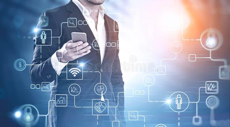 Homme d'affaires avec le smartphone, icônes numériques photos libres de droits