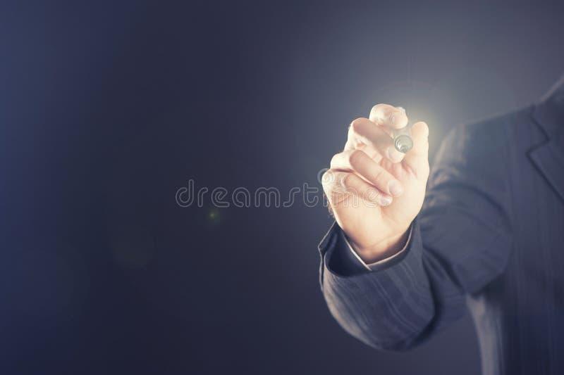Homme d'affaires avec le stylo devant l'écran tactile photo libre de droits