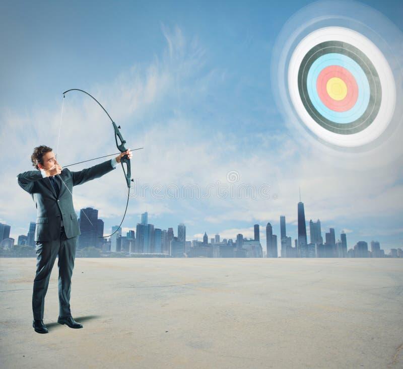 Homme d'affaires avec le tir à l'arc photo stock