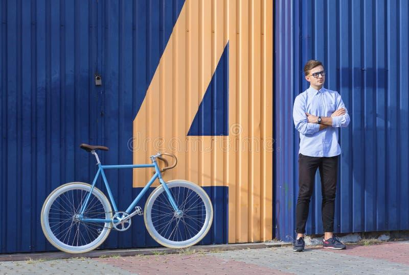 Homme d'affaires avec le vélo images stock