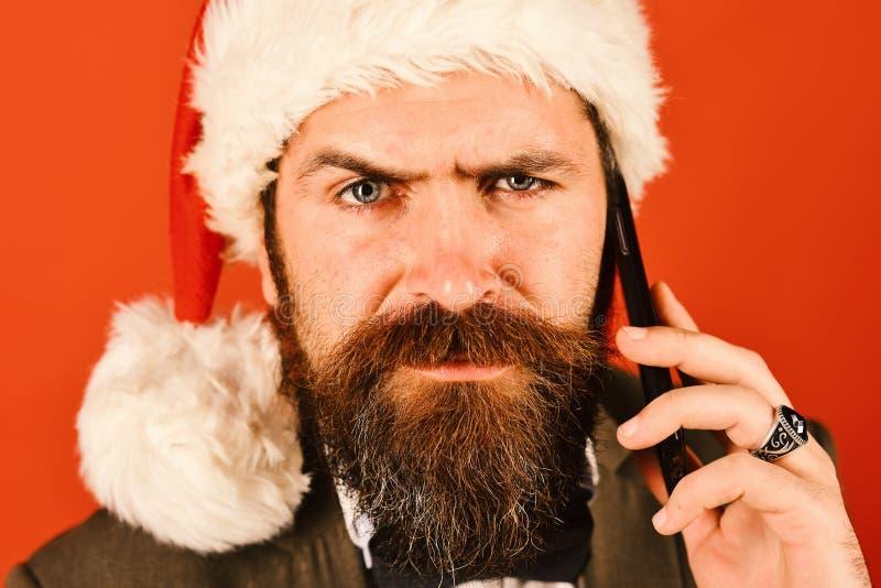 Homme d'affaires avec le visage grincheux dans la fin  Homme avec la barbe photographie stock libre de droits
