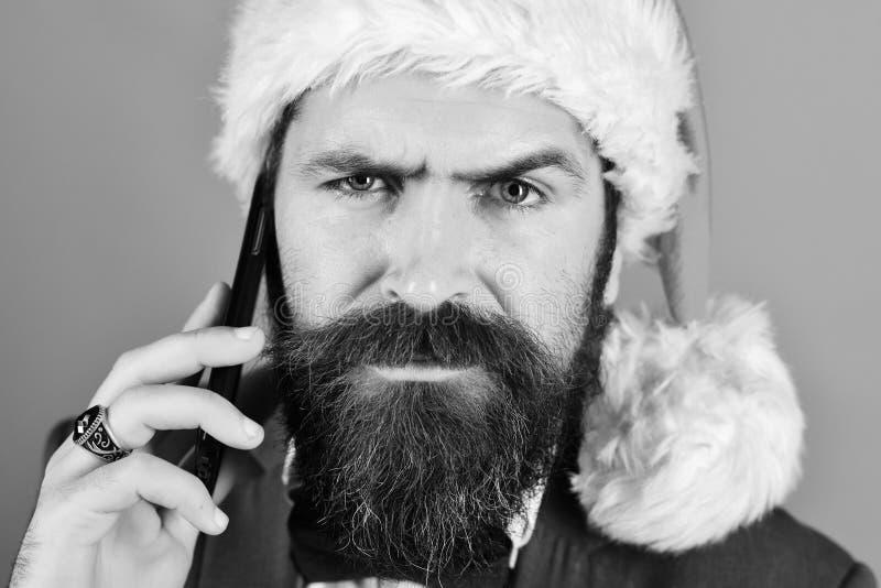 Homme d'affaires avec le visage grincheux dans la fin  Homme avec la barbe image libre de droits