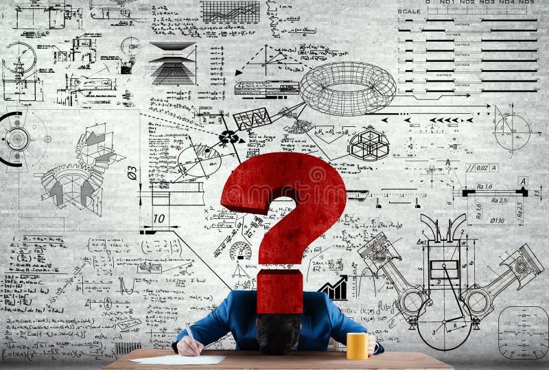 Homme d'affaires avec sa tête sur le bureau regardant pour résoudre quelques maths image stock