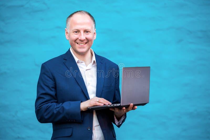 Homme d'affaires avec son ordinateur portatif image stock