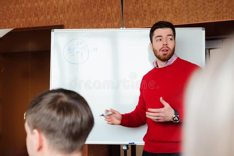 Homme d'affaires avec son personnel, groupe de personnes à l'arrière-plan au bureau lumineux moderne à l'intérieur, image stock