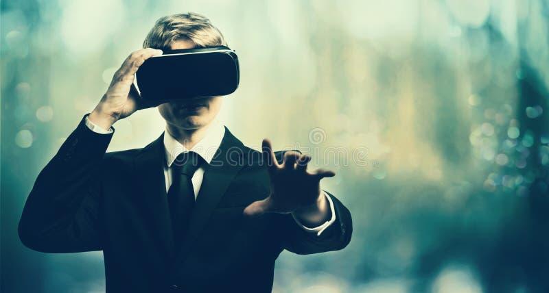 Homme d'affaires avec un casque de réalité virtuelle image libre de droits
