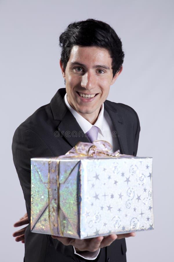 Homme d'affaires avec un module de cadeau photo stock