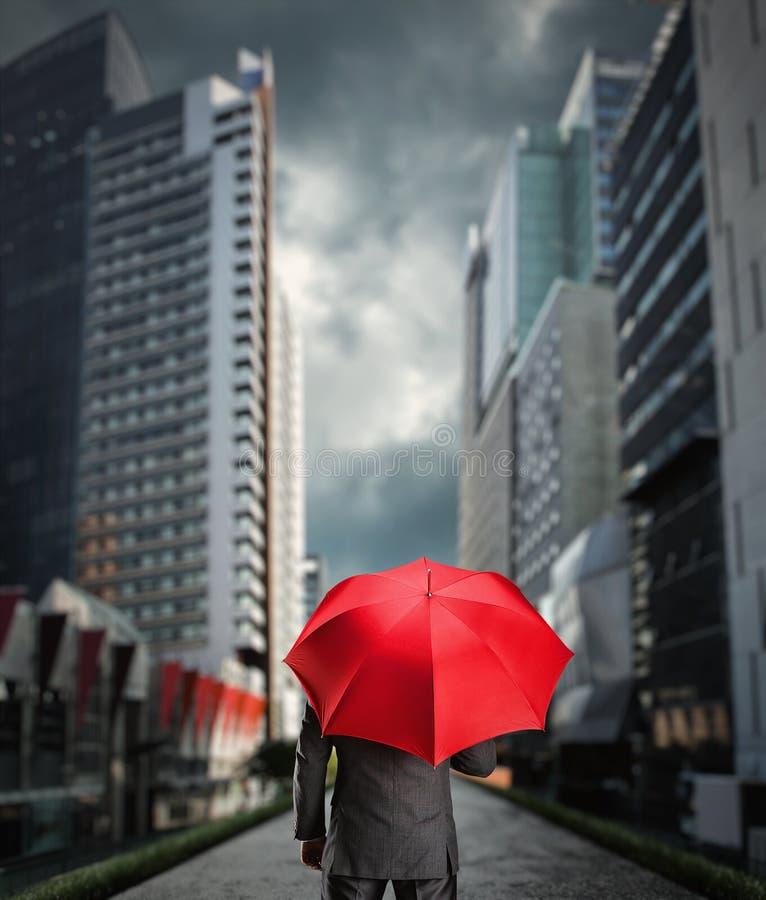Homme d'affaires avec un parapluie photographie stock libre de droits