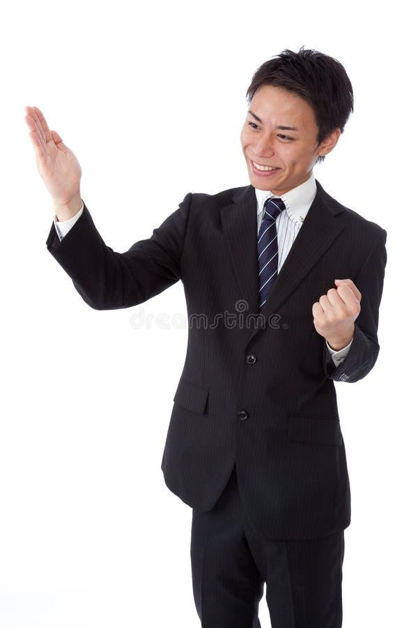 Homme d'affaires avec une côtelette de karaté images stock