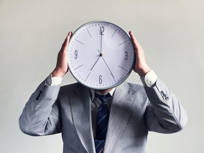 Homme d'affaires avec une horloge au lieu d'une tête Affaires et efficacité de concept Temps et programme Argent et temps images libres de droits