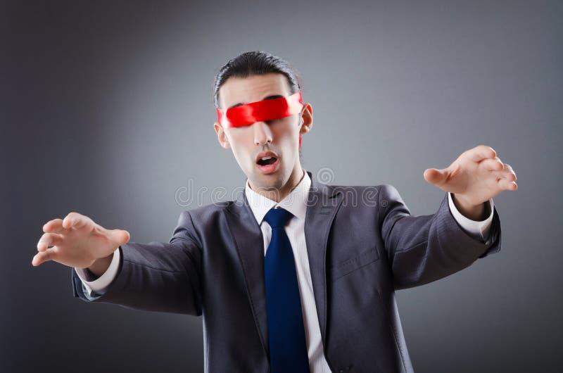 Homme d'affaires aveuglé par la bande image stock
