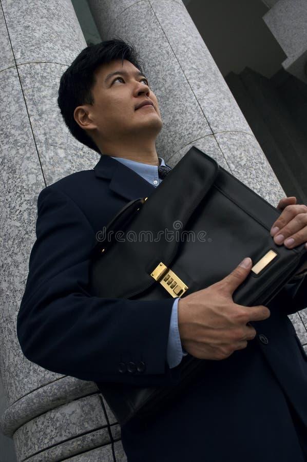Homme d'affaires/avocat avec une serviette photo stock