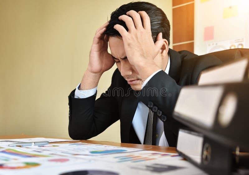 Homme d'affaires ayant le mal de tête images stock