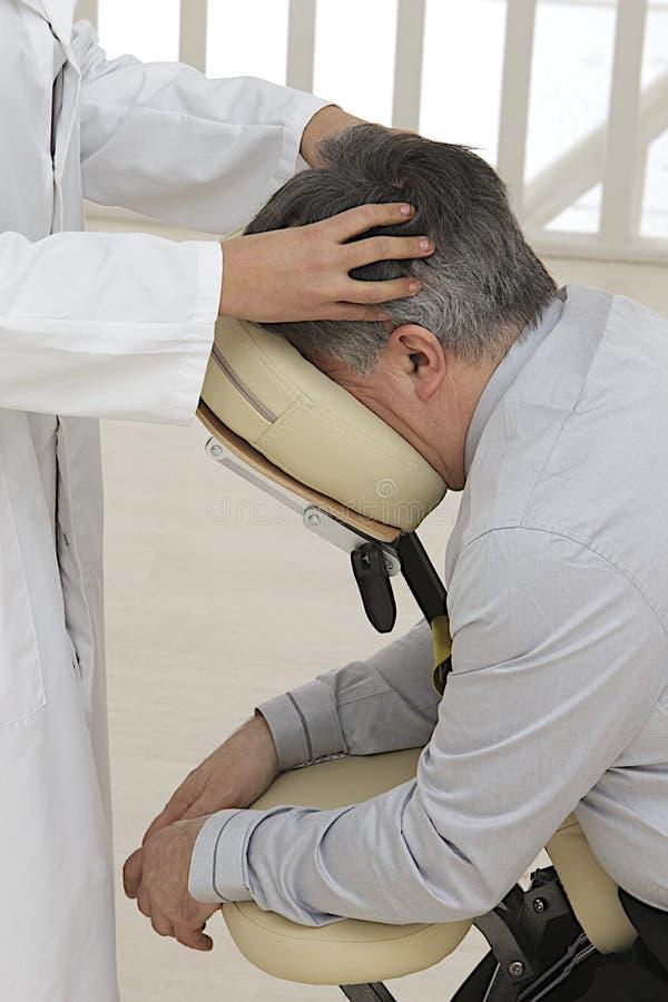 Homme d'affaires ayant un massage photographie stock libre de droits
