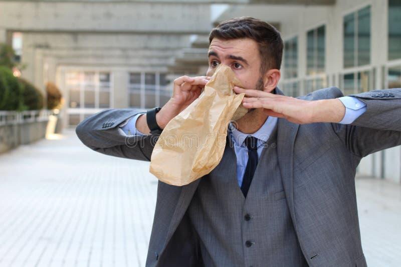 Homme d'affaires ayant une attaque de panique photo libre de droits