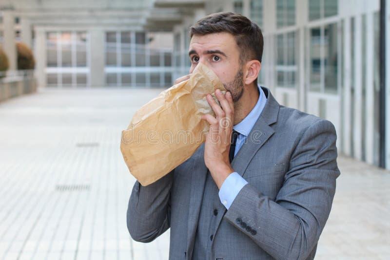 Homme d'affaires ayant une attaque de panique images stock