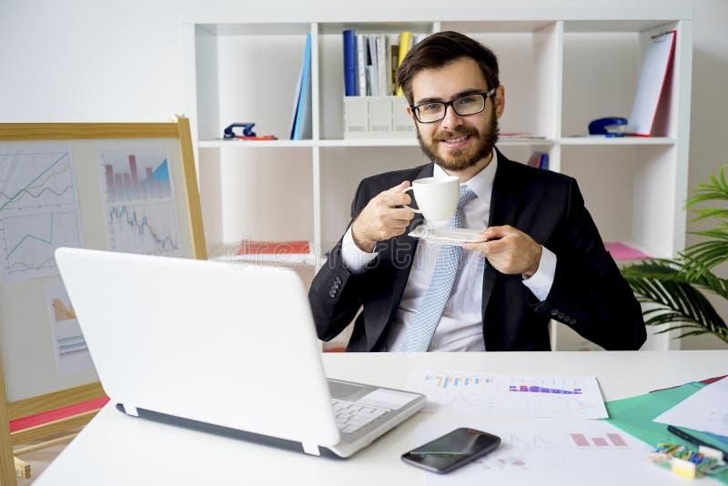 Homme d'affaires ayant une pause-café photos stock