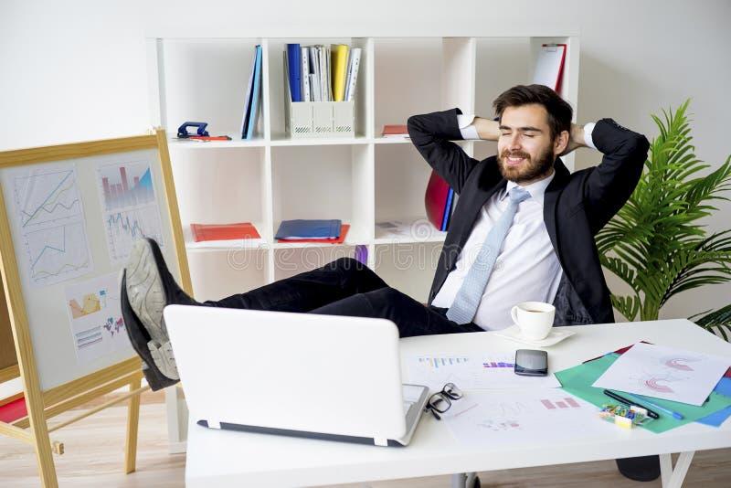 Homme d'affaires ayant une pause-café image stock