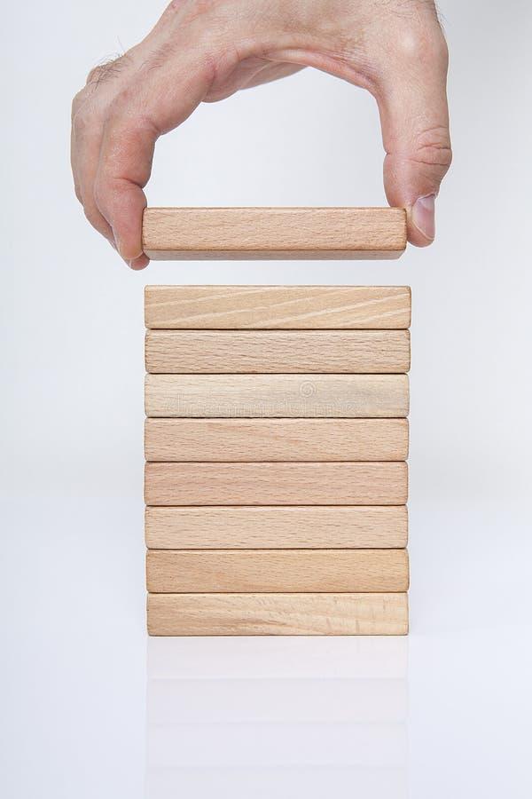 Homme d'affaires, bâtiment, concept de marque avec les blocs en bois photographie stock