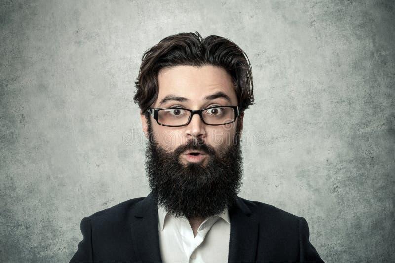 Homme d'affaires barbu étonné photo libre de droits