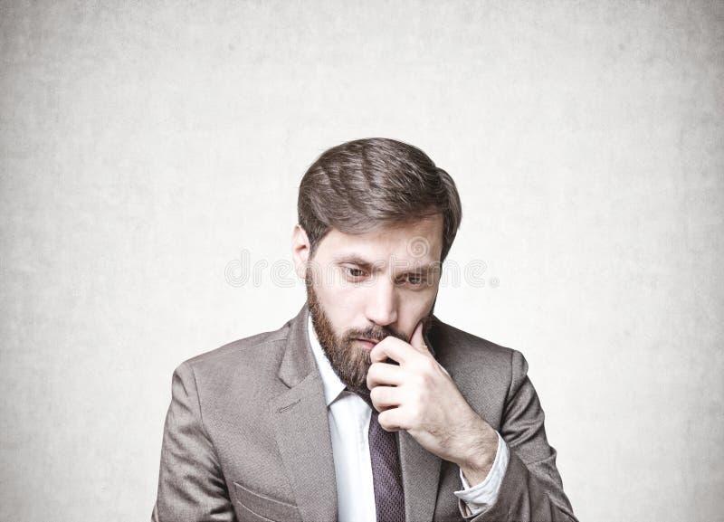 Homme d'affaires barbu dans le doute, images stock