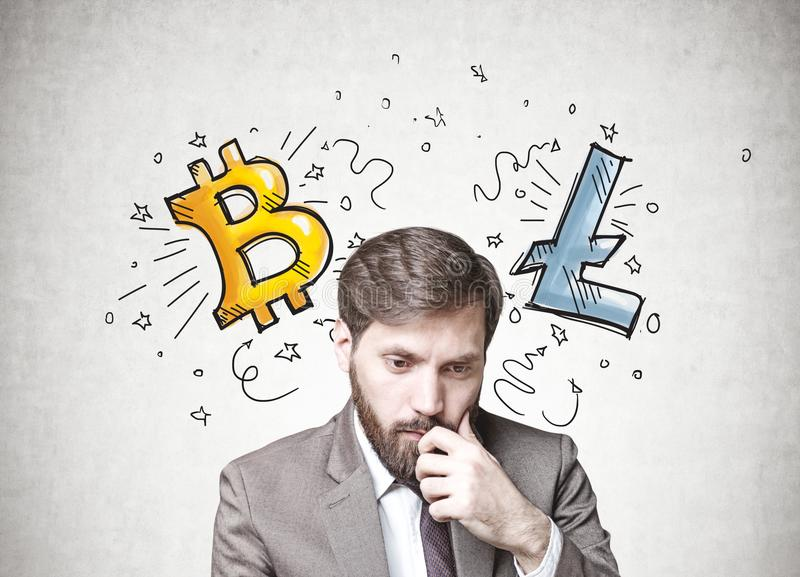 Homme d'affaires barbu dans le doute, cryptocurrency photographie stock