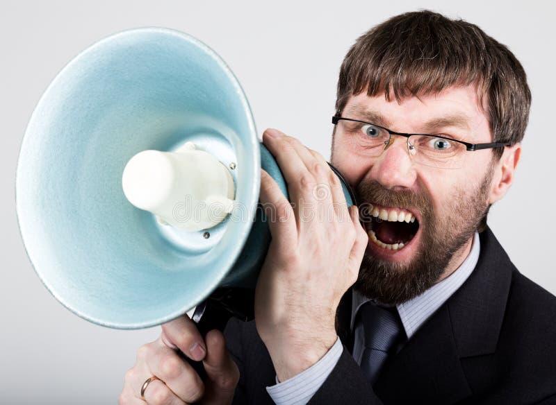 Homme d'affaires barbu hurlant par le corne de brume Relations publiques l'homme exprime de diverses émotions photos des jeunes image stock