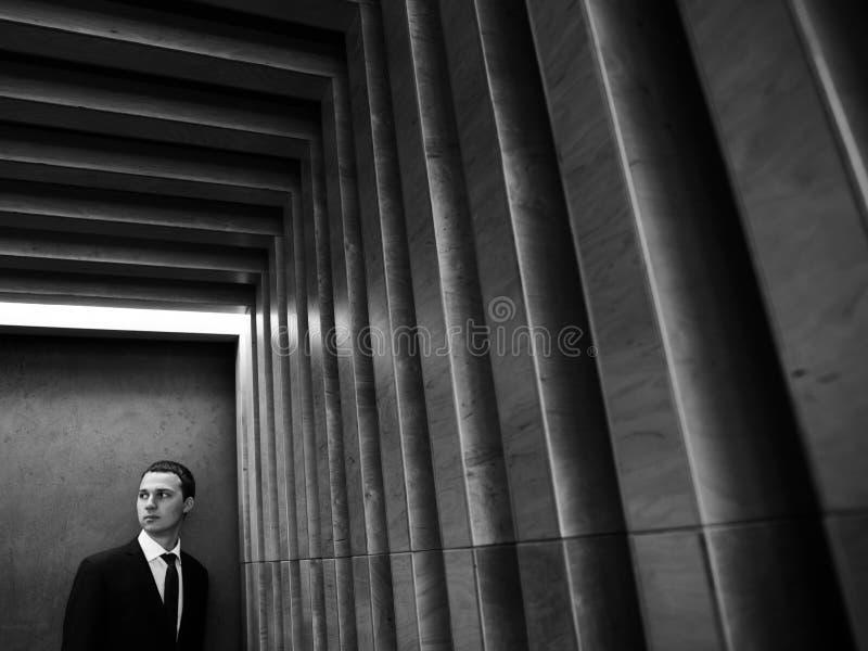 Homme d'affaires barbu sûr bel dans le costume posant au mur texturisé rayé Photo abstraite noire et blanche photo stock