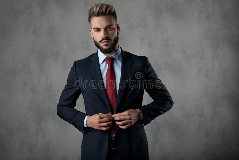 Homme d'affaires barbu sexy fermant son manteau photos libres de droits