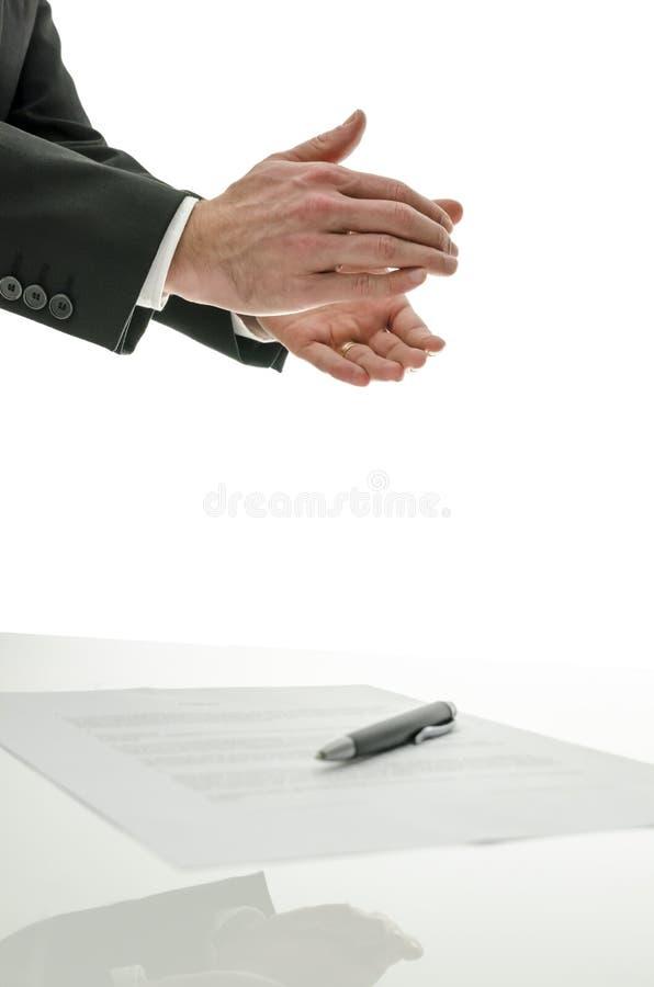Homme d'affaires battant au-dessus d'un contrat signé photo stock