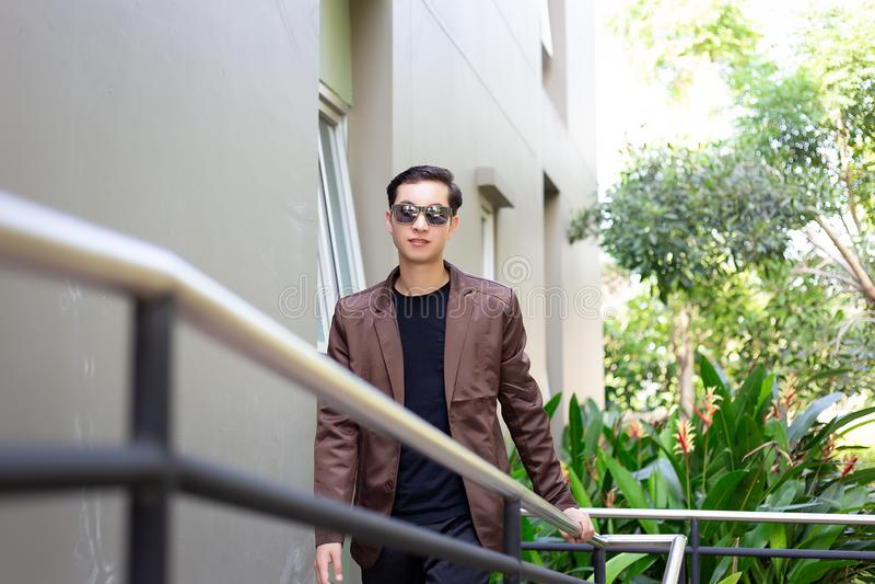 Homme d'affaires beau avec du charme de portrait jeune L'homme attirant est photo stock