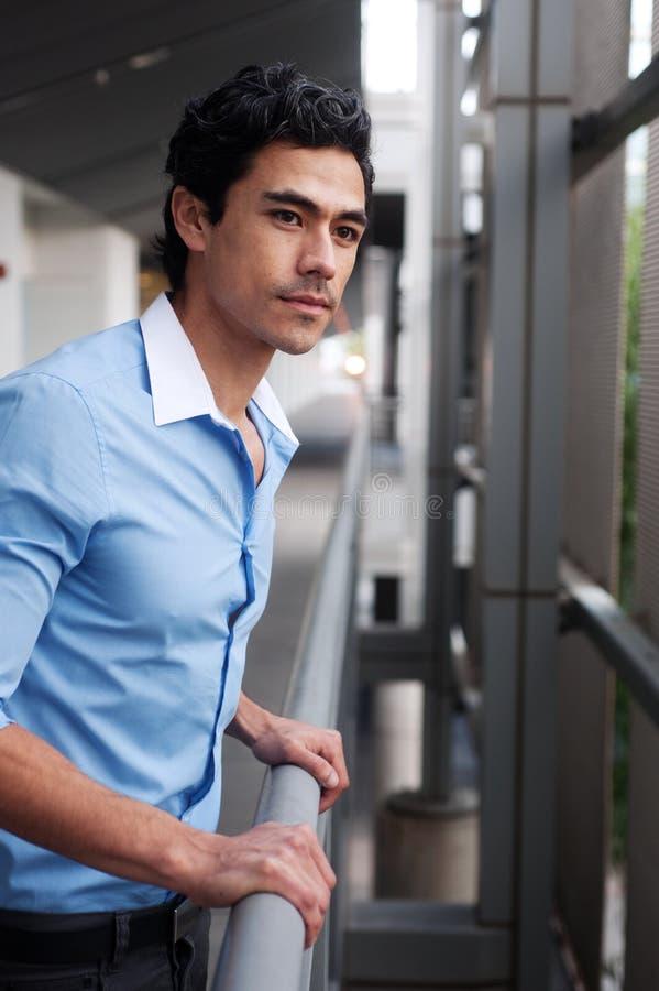 Homme d'affaires beau et jeune de professionnel de latino image libre de droits