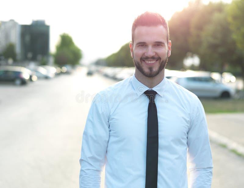 Homme d'affaires bel amical et souriant photographie stock