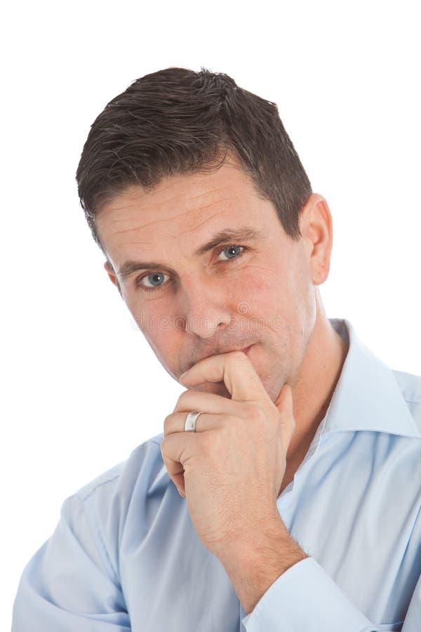 Homme d'affaires bel avec la main sur Chin et lèvres image libre de droits