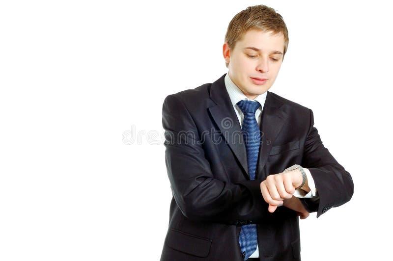 Homme d'affaires bel contrôlant sa montre-bracelet image libre de droits