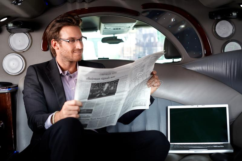 Homme d'affaires bel dans la limousine photographie stock