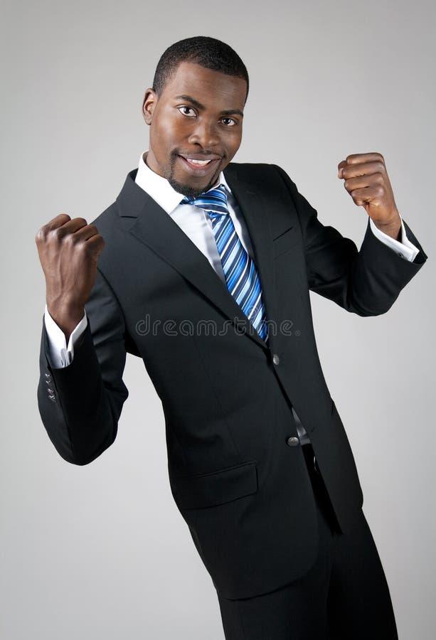 Homme d'affaires bel de sourire affichant sa puissance photographie stock libre de droits