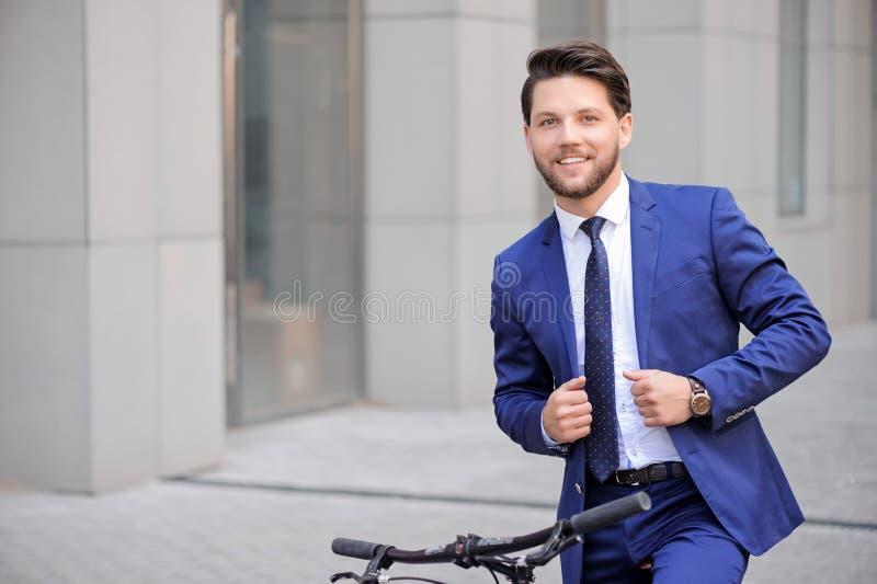 Download Homme D'affaires Bel Montant Sa Bicyclette Image stock - Image du moderne, métier: 56490535