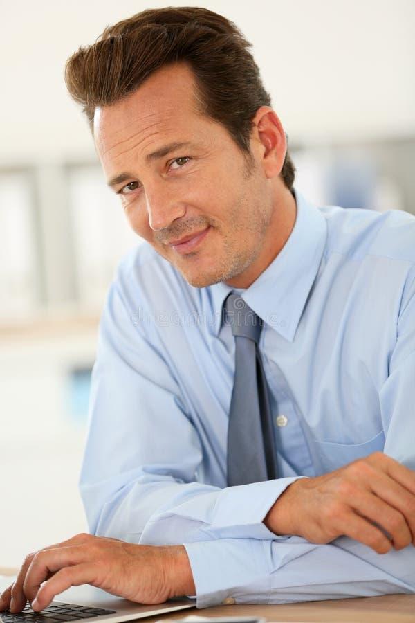 Homme d'affaires bel At Office image libre de droits