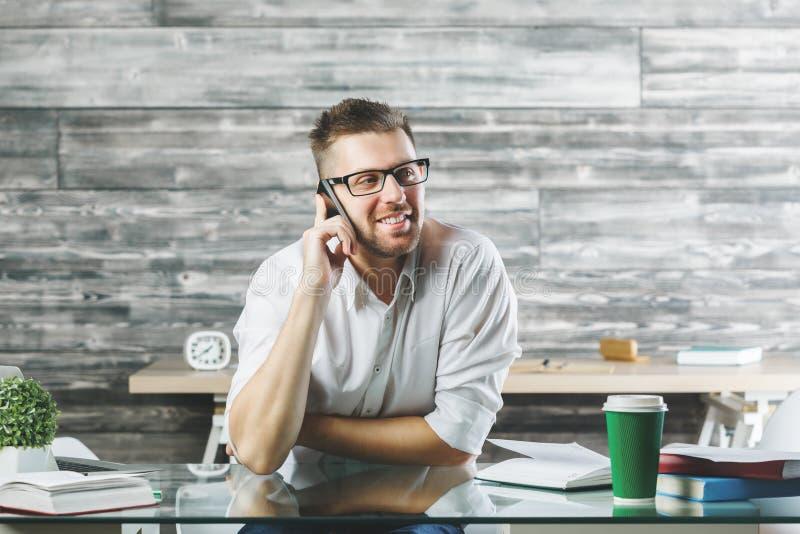 Homme d'affaires bel parlant au téléphone photo stock