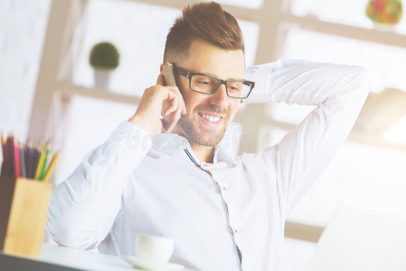 Homme d'affaires bel parlant au téléphone image libre de droits