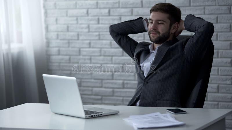 Homme d'affaires bel souriant après affaire en ligne réussie, contrat lucratif photo libre de droits