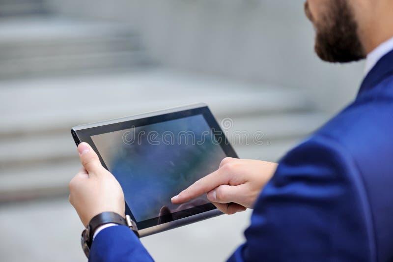 Homme d'affaires bel tenant l'ordinateur portable photos libres de droits