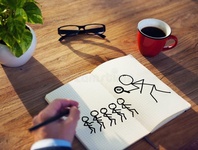 Homme d'affaires Brainstorming sur un concept au sujet de la recherche image libre de droits