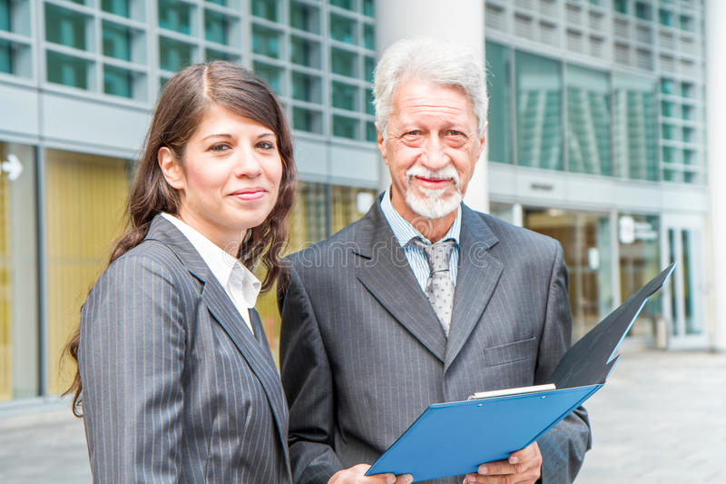Homme d'affaires And Businesswoman discutant un projet photographie stock